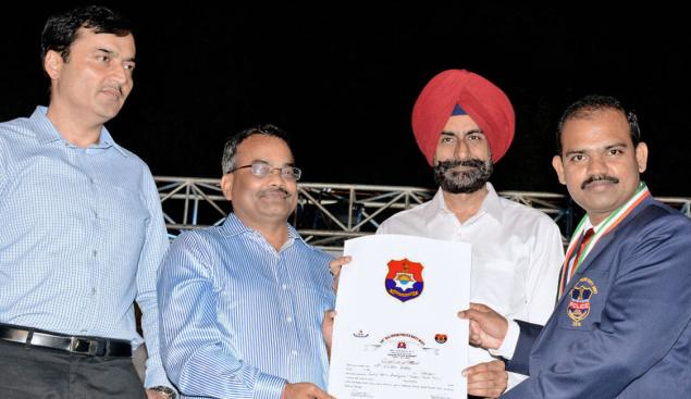 Circle Inspector M. Sridhar Reddy receiving the silver medal and certificate from Punjab DGP Sumedh Singh at the 58th All-India Police Duty Meet held recently.– Photo: By Arrangement