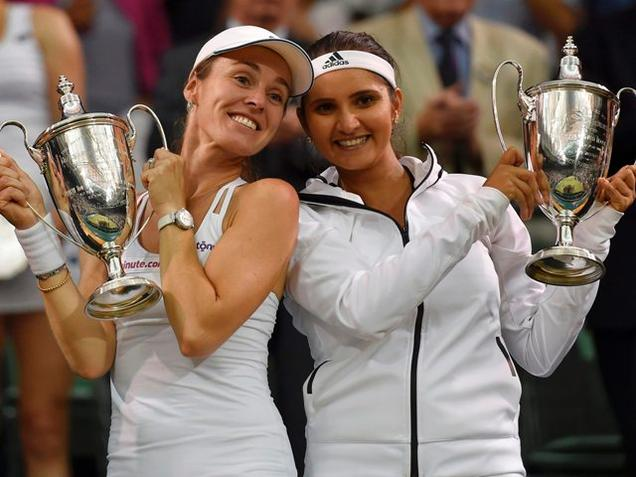 Martina Hingis and Sania Mirza pose with their trophies after winning their Women's Doubles Final match / Reuters
