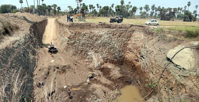 Timely returns:The water harvesting pit in the farm of S Jayapal Reddy of Kesamudram in Warangal district.–Photo: M. Murali
