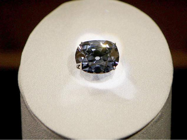 File photo of the 45.52-carat Hope Diamond at the Smithsonian's National Museum of Natural History in Washington. / Reuters