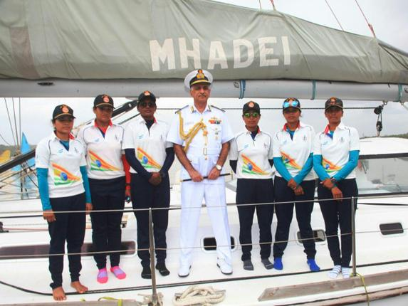The crew with their mentor Cdr Dilip Dhonde on MHADEI